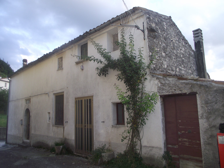 Property for sale Italy-Large three bed house with garage and courtyard in Molise, Carovilli (Ribes)