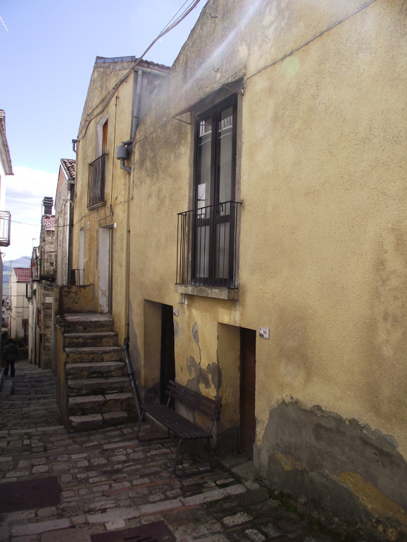 Town house to buy in Italy, Casa Gialla, Civitacampomarano
