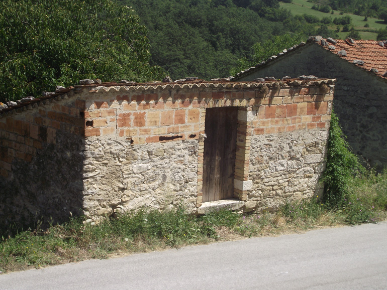 Tiny brick Italian house to be restored in Molise, Carovilli (Mattone)