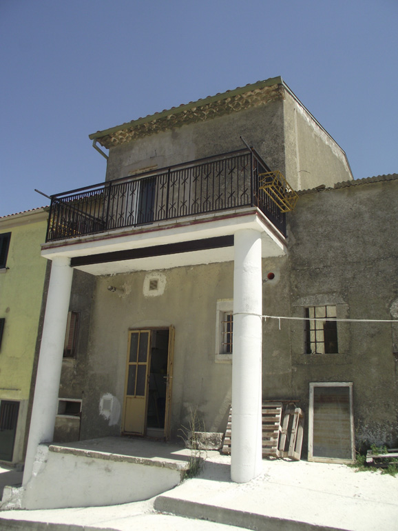 Small town house to buy in italy molise carovilli for The terrace land and house