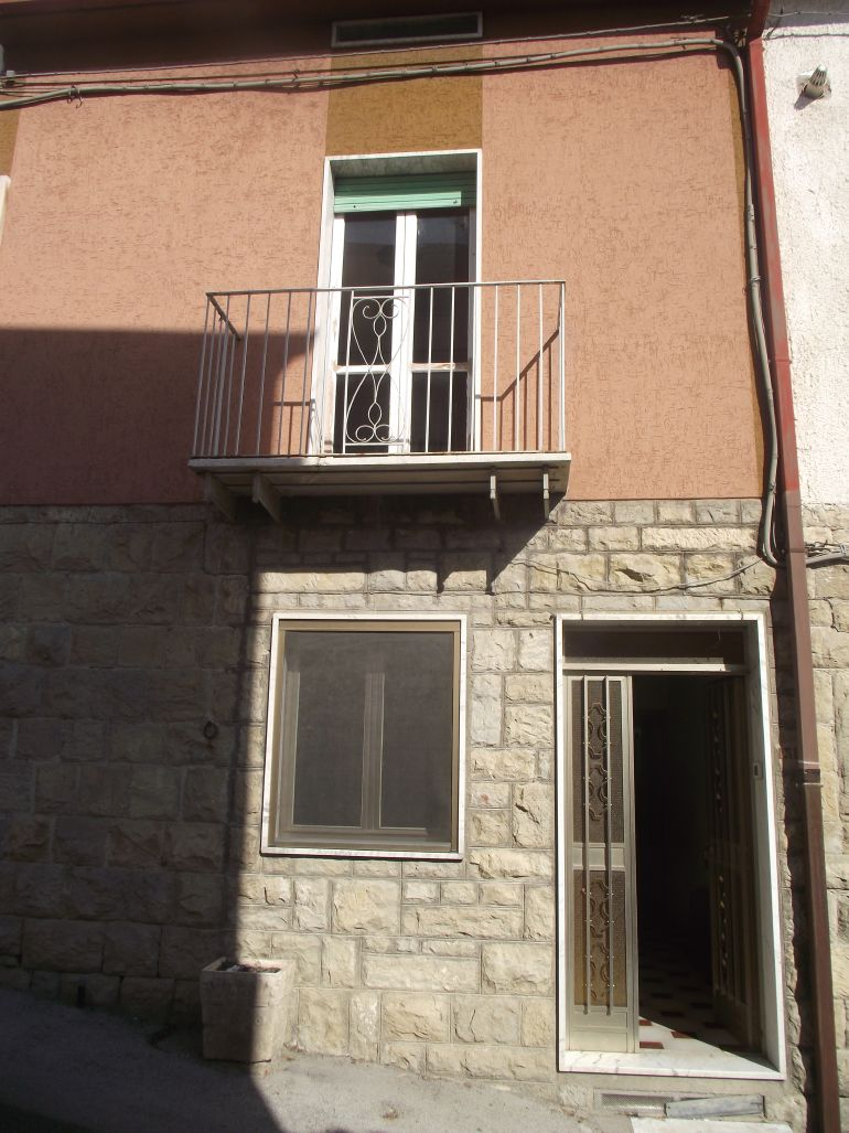 Typical town house with panoramic view in Italy Molise, Castellino del Biferno (Guglielmo)