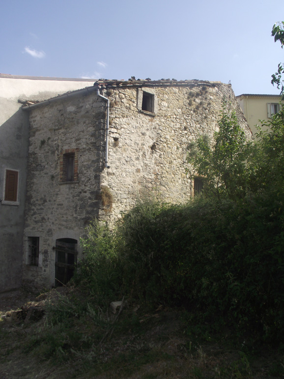 Italian town house with three entrances and cellar with vaulted ceilings in Molise, Carovilli (Pesca)