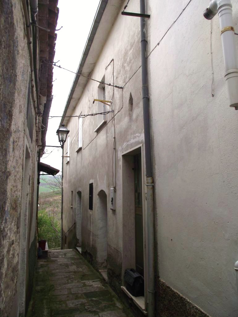 Two bed town house to buy in Italy with large garage and wine cellars- Macchia Valfortore Rosa