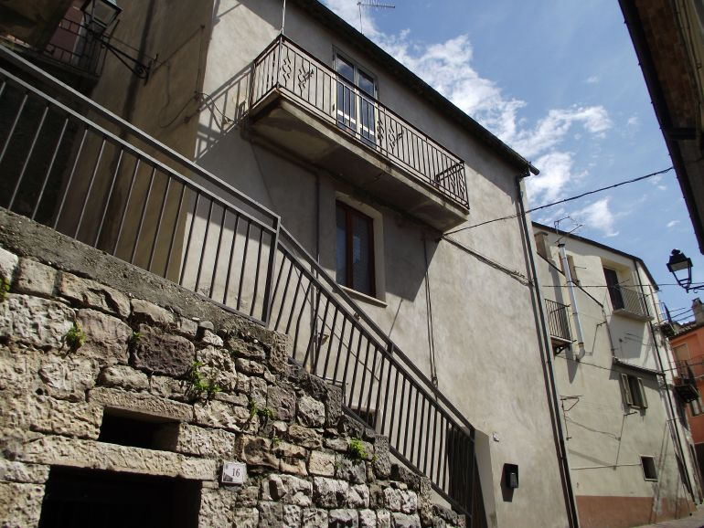 Molise home to buy close to the castle – Dado