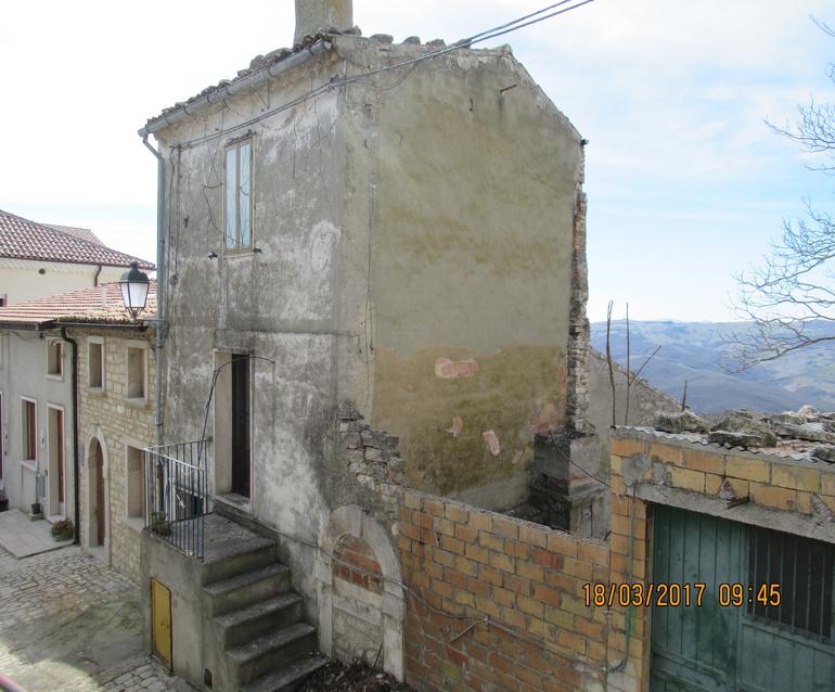 Three stone houses to restore – Moro